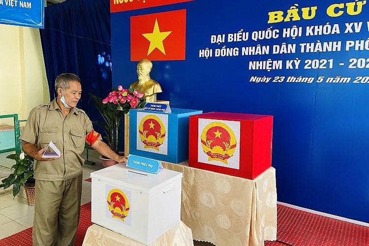 TP Ho Chi Minh ruc ro co do sao vang chao mung ngay bau cu 23/5 hinh anh 1