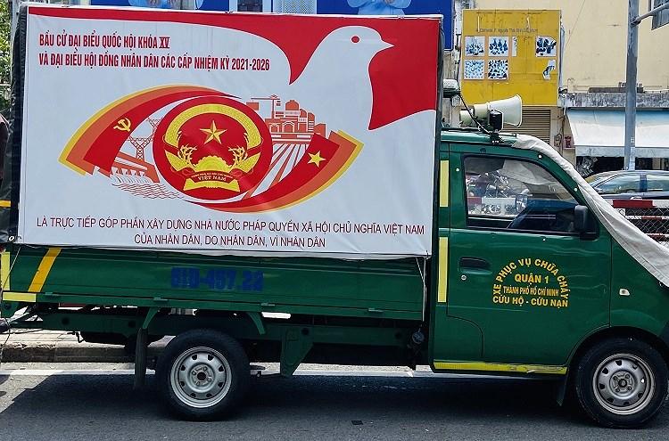 TP Ho Chi Minh ruc ro co do sao vang chao mung ngay bau cu 23/5 hinh anh 3