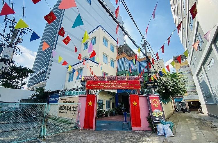 TP Ho Chi Minh ruc ro co do sao vang chao mung ngay bau cu 23/5 hinh anh 7