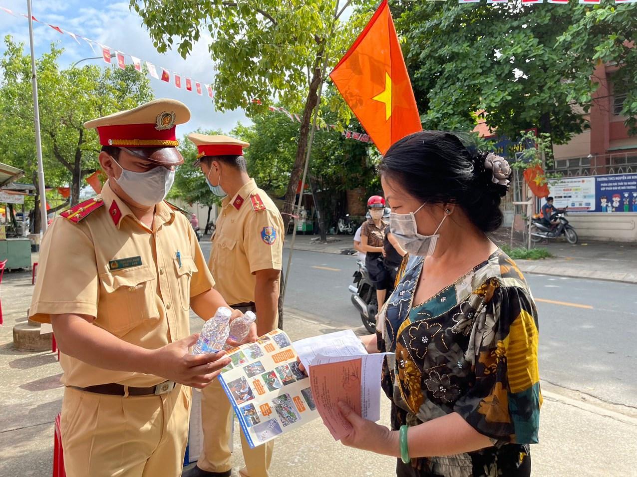 CSGT TP Ho Chi Minh ra quan dam bao an ninh trong ngay bau cu hinh anh 3
