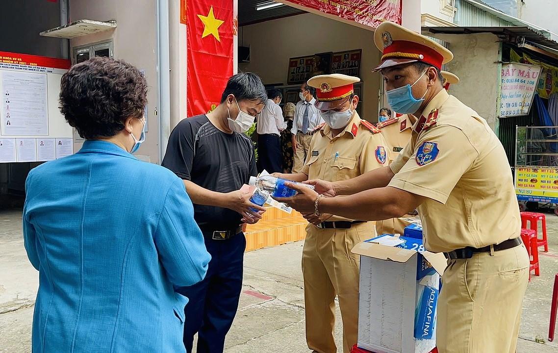 CSGT TP Ho Chi Minh ra quan dam bao an ninh trong ngay bau cu hinh anh 4