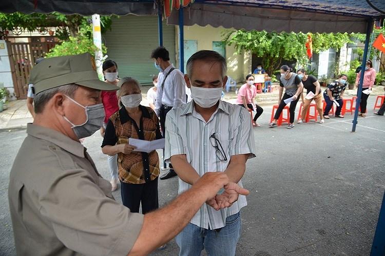 Cu tri TP Ho Chi Minh tuan thu nghiem cac quy dinh phong dich khi di bo phieu bau cu hinh anh 3