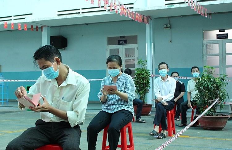 Cu tri TP Ho Chi Minh tuan thu nghiem cac quy dinh phong dich khi di bo phieu bau cu hinh anh 7