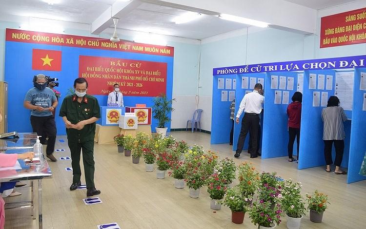 Cu tri TP Ho Chi Minh tuan thu nghiem cac quy dinh phong dich khi di bo phieu bau cu hinh anh 9