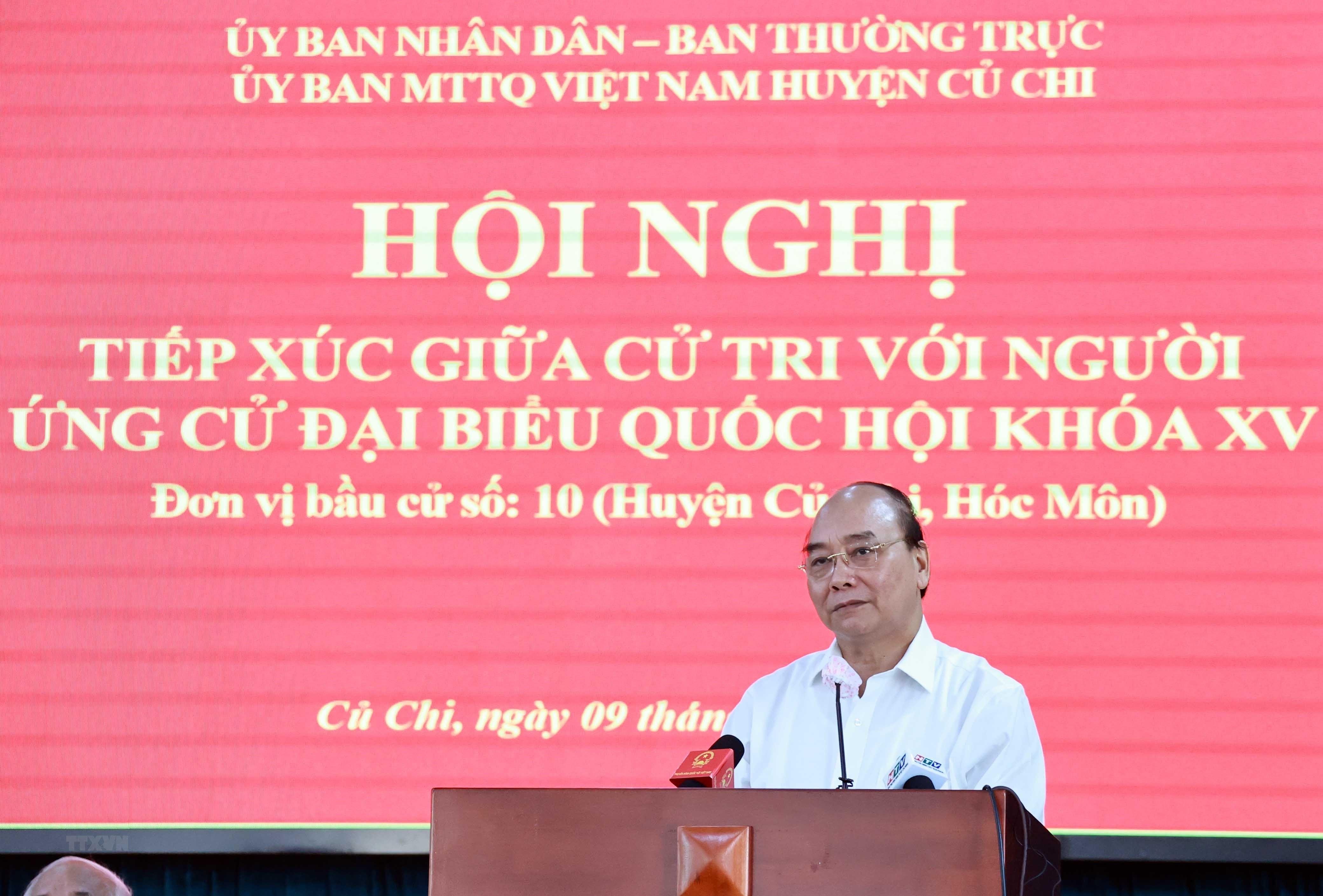 [Photo] Chu tich nuoc tiep xuc cu tri tai huyen Cu Chi va Hoc Mon hinh anh 7