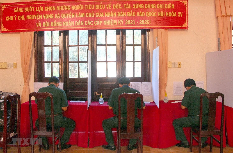 Hinh anh cu tri bau cu som tai Quang Binh, Ca Mau, Hau Giang, Nghe An hinh anh 26