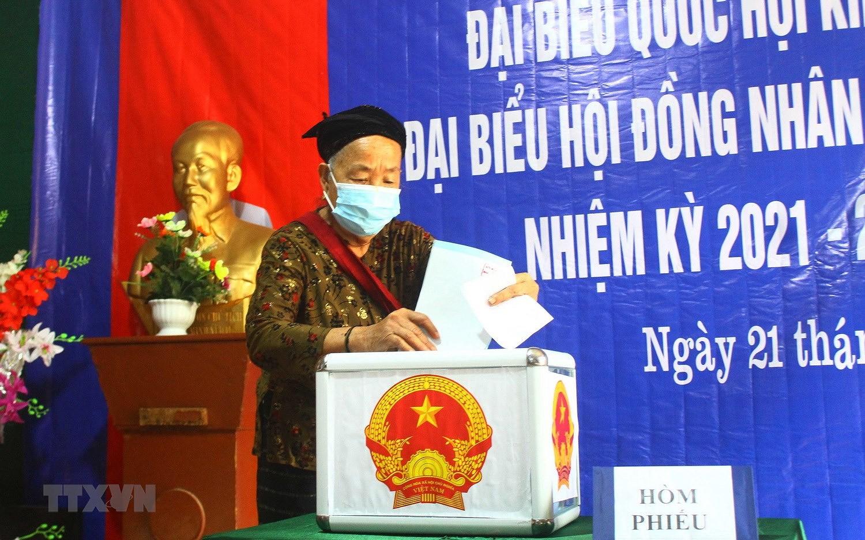 Hinh anh cu tri bau cu som tai Quang Binh, Ca Mau, Hau Giang, Nghe An hinh anh 31