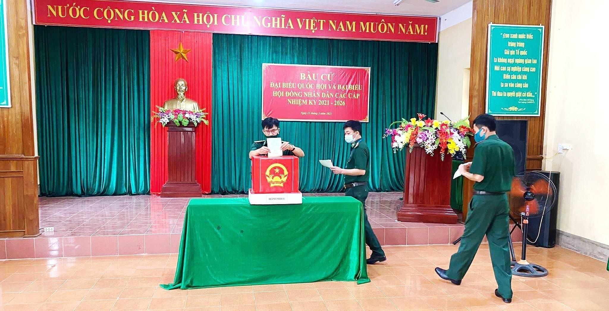 Hinh anh cu tri bau cu som tai Quang Binh, Ca Mau, Hau Giang, Nghe An hinh anh 10