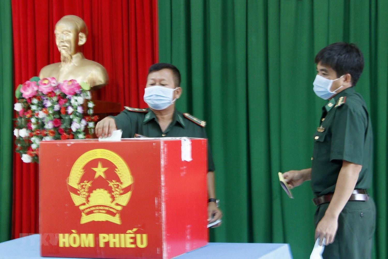 Hinh anh cu tri bau cu som tai Quang Binh, Ca Mau, Hau Giang, Nghe An hinh anh 15