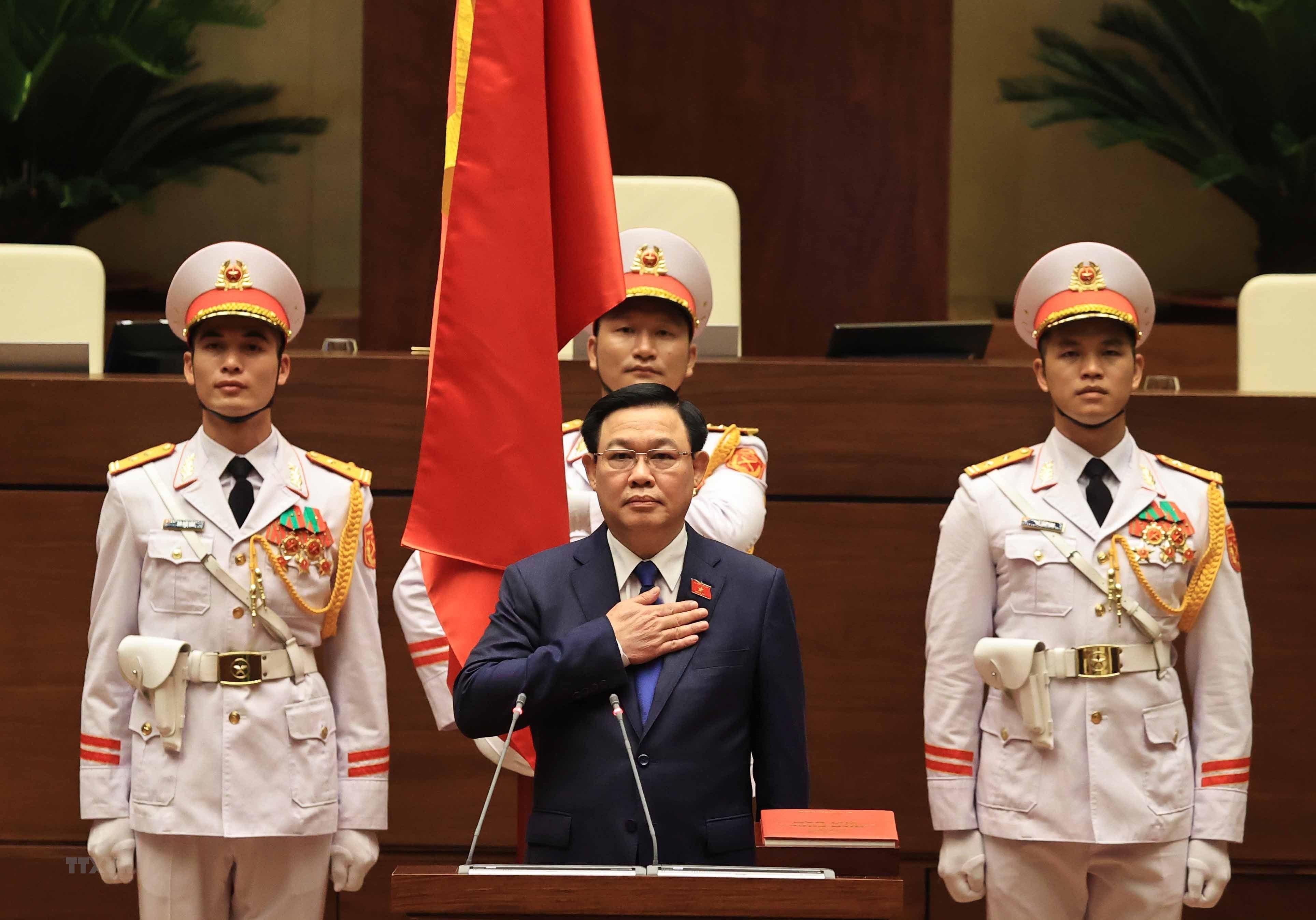 [Photo] Chu tich Quoc hoi khoa XV Vuong Dinh Hue tuyen the nham chuc hinh anh 2