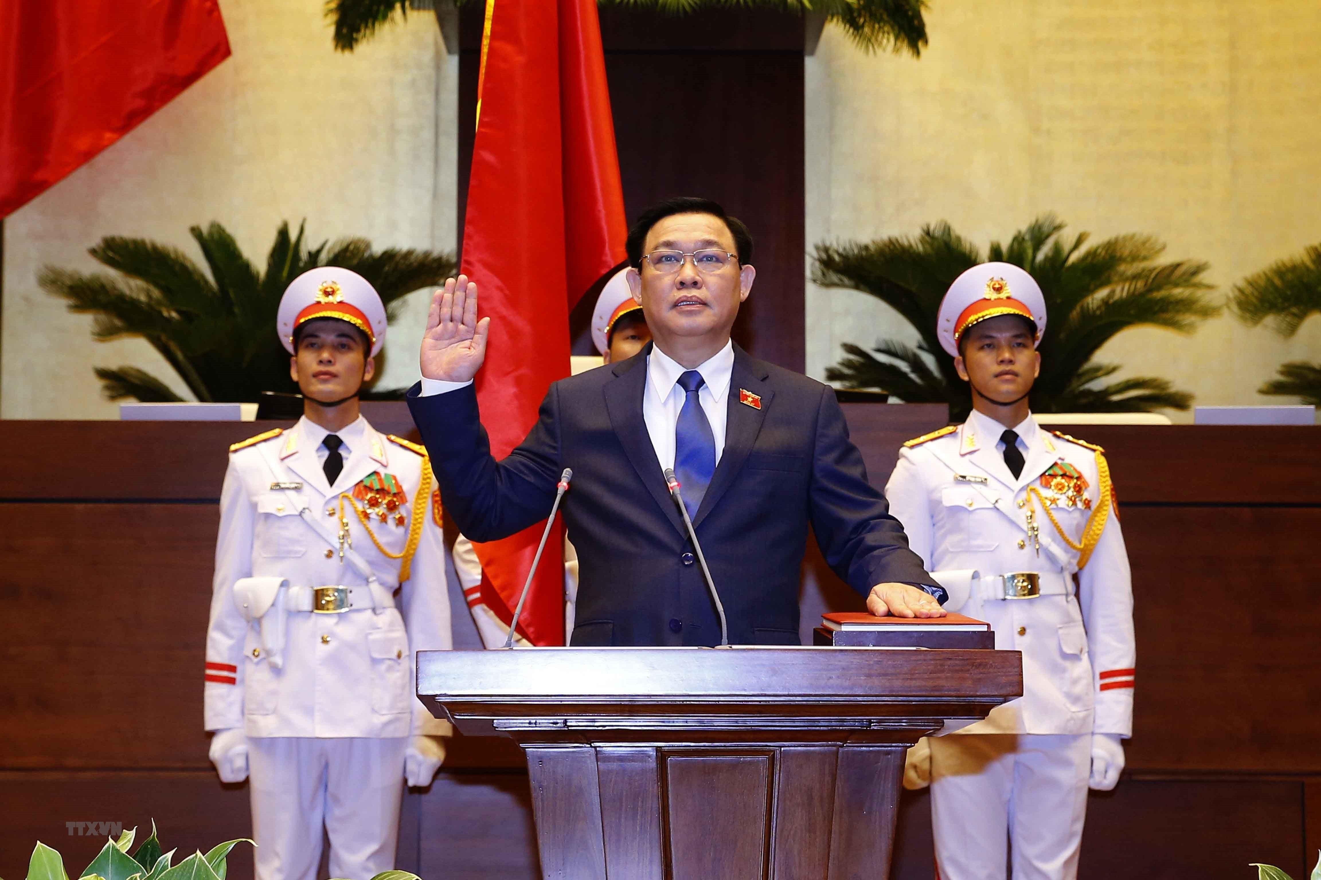 [Photo] Chu tich Quoc hoi khoa XV Vuong Dinh Hue tuyen the nham chuc hinh anh 3