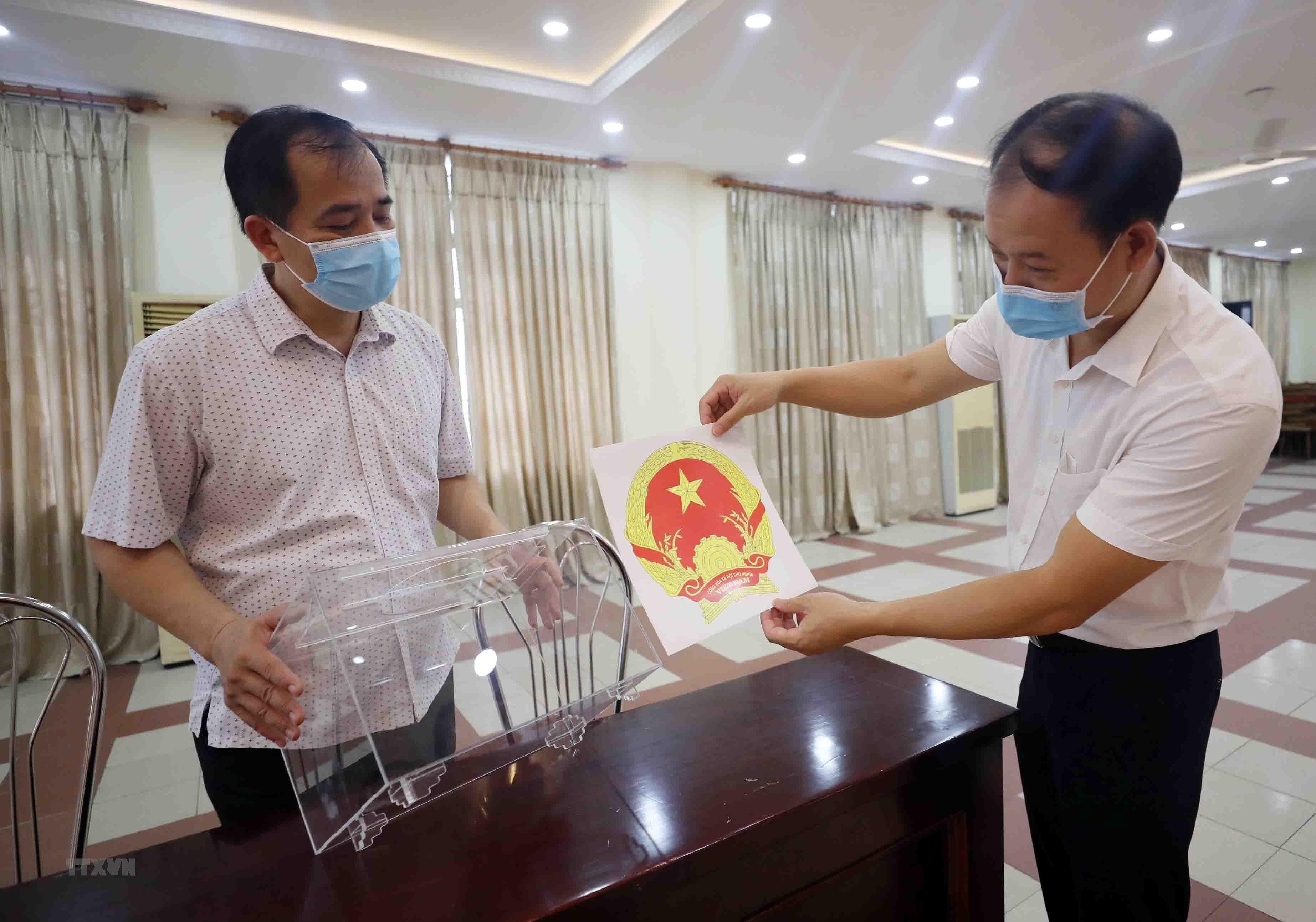 [Photo] Sinh vien noi tru tai Thu do no nuc truoc Ngay hoi bau cu hinh anh 5
