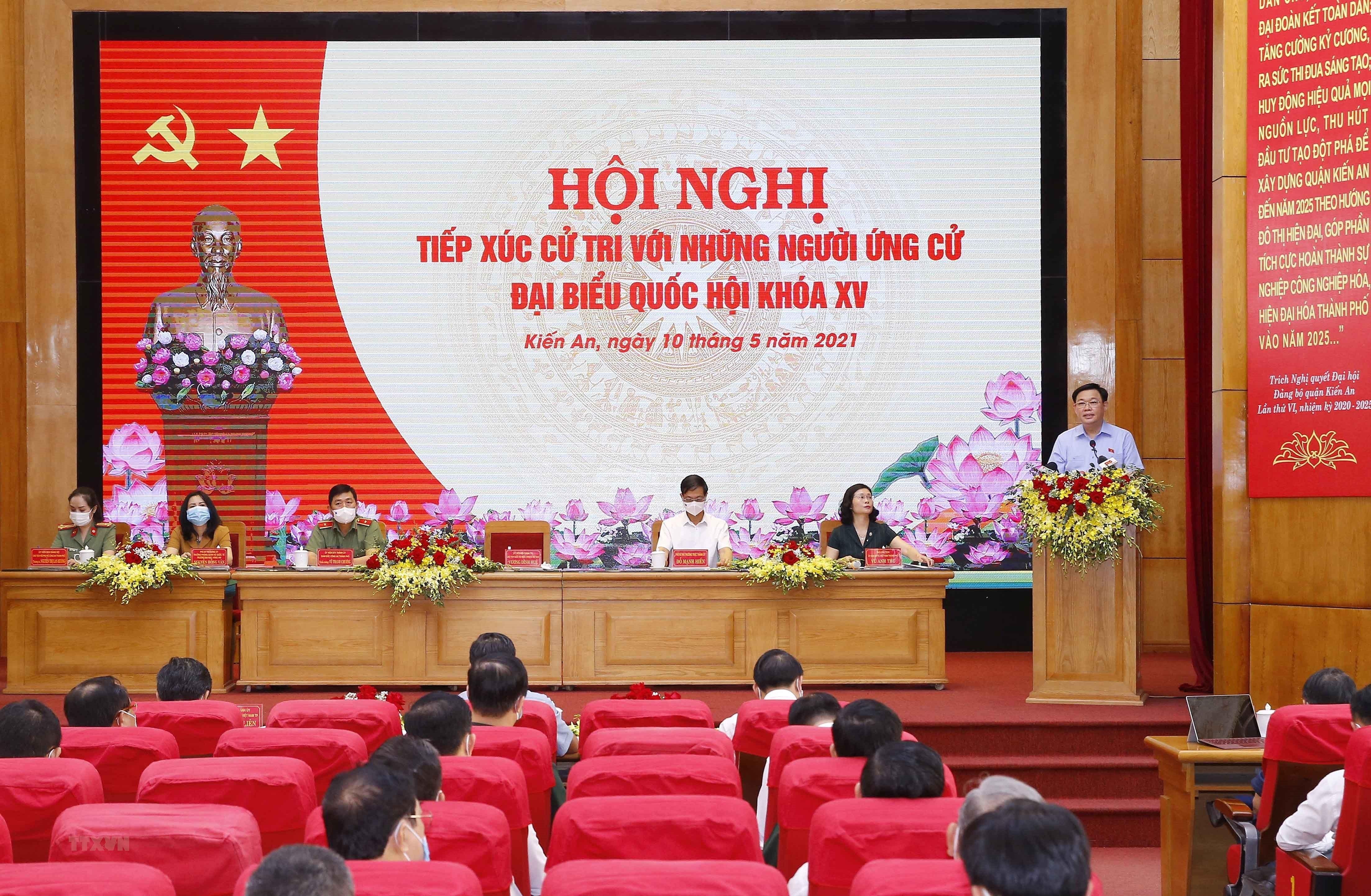[Photo] Chu tich Quoc hoi Vuong Dinh Hue van dong bau cu tai Hai Phong hinh anh 13