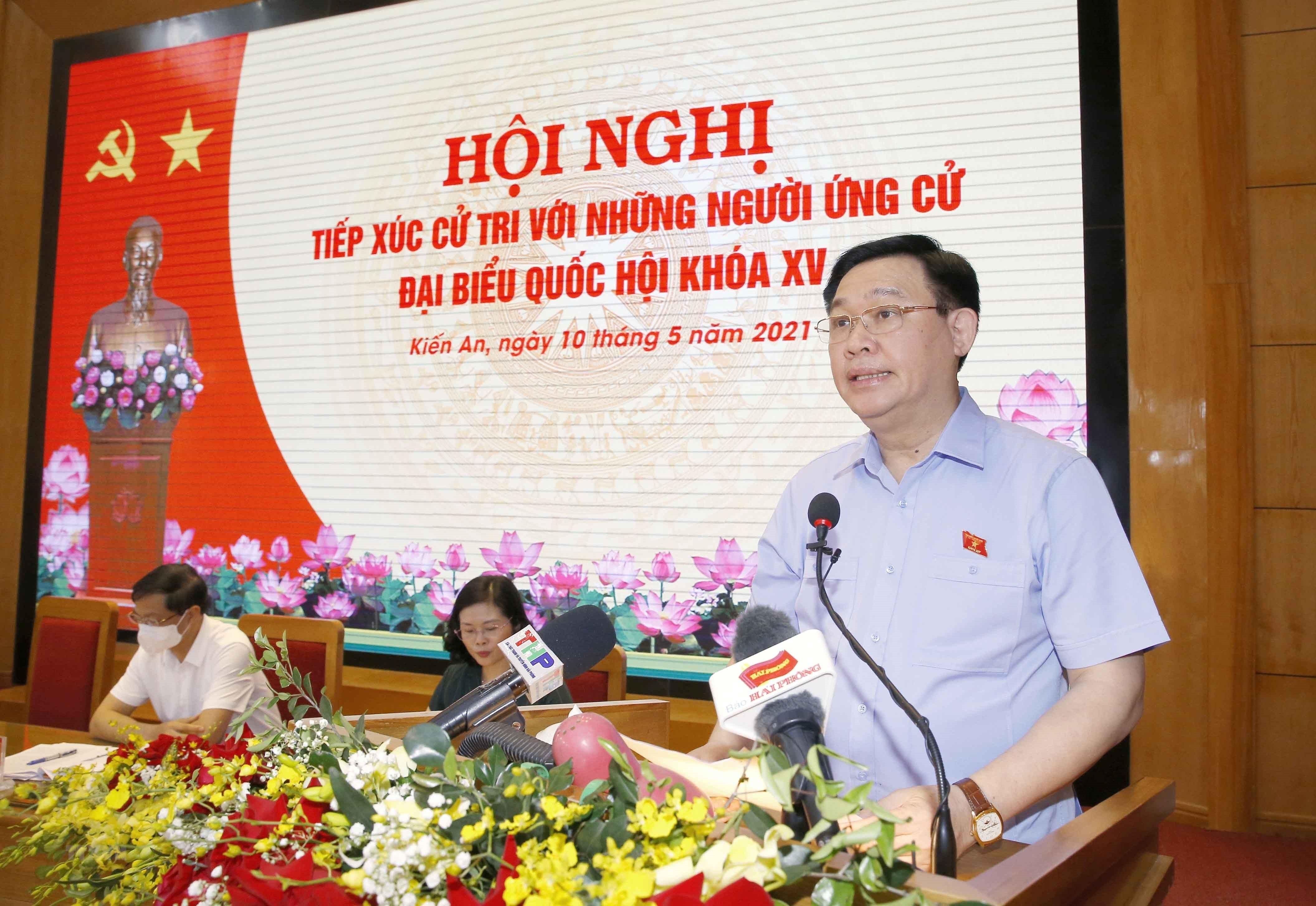 [Photo] Chu tich Quoc hoi Vuong Dinh Hue van dong bau cu tai Hai Phong hinh anh 14