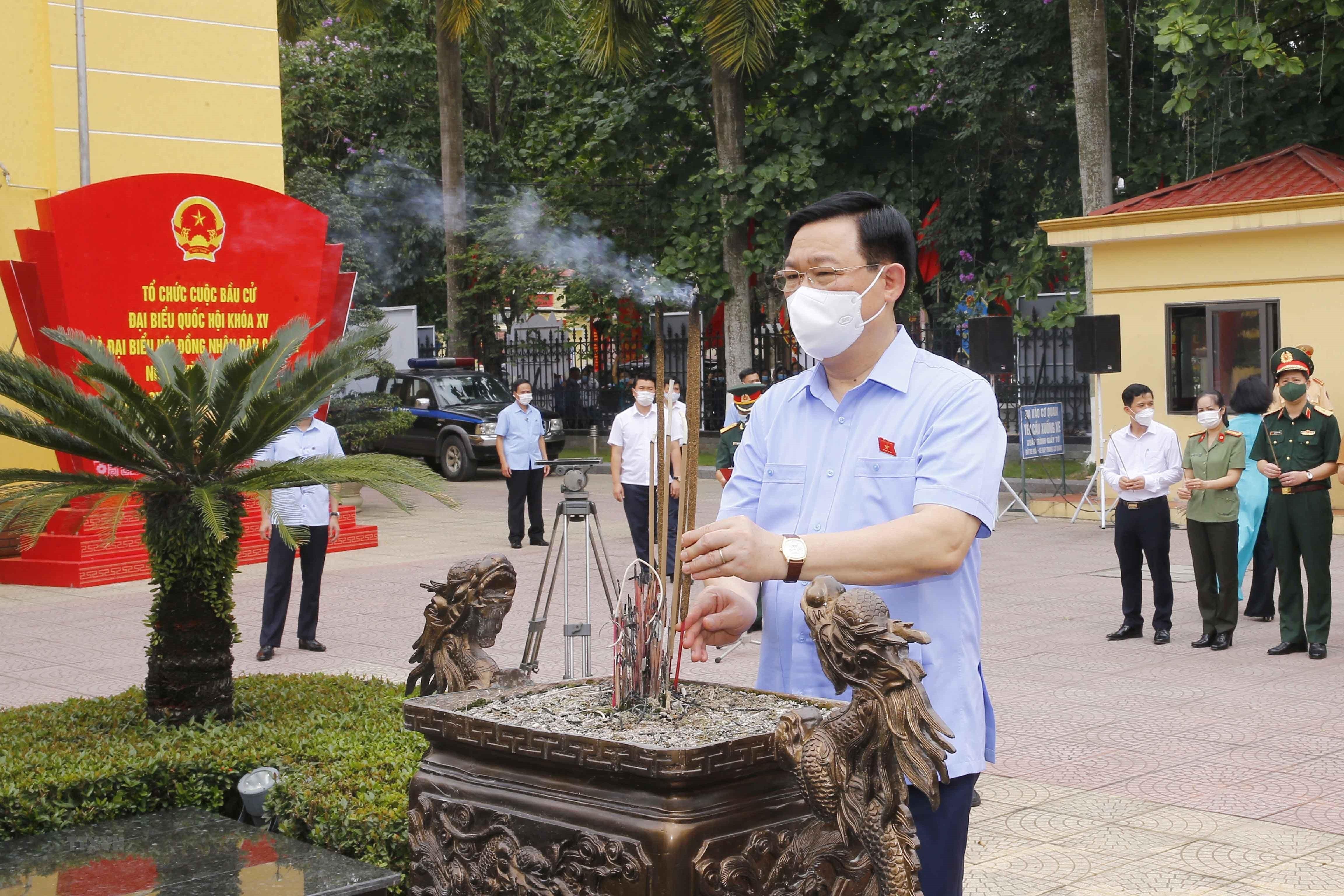 [Photo] Chu tich Quoc hoi Vuong Dinh Hue van dong bau cu tai Hai Phong hinh anh 8