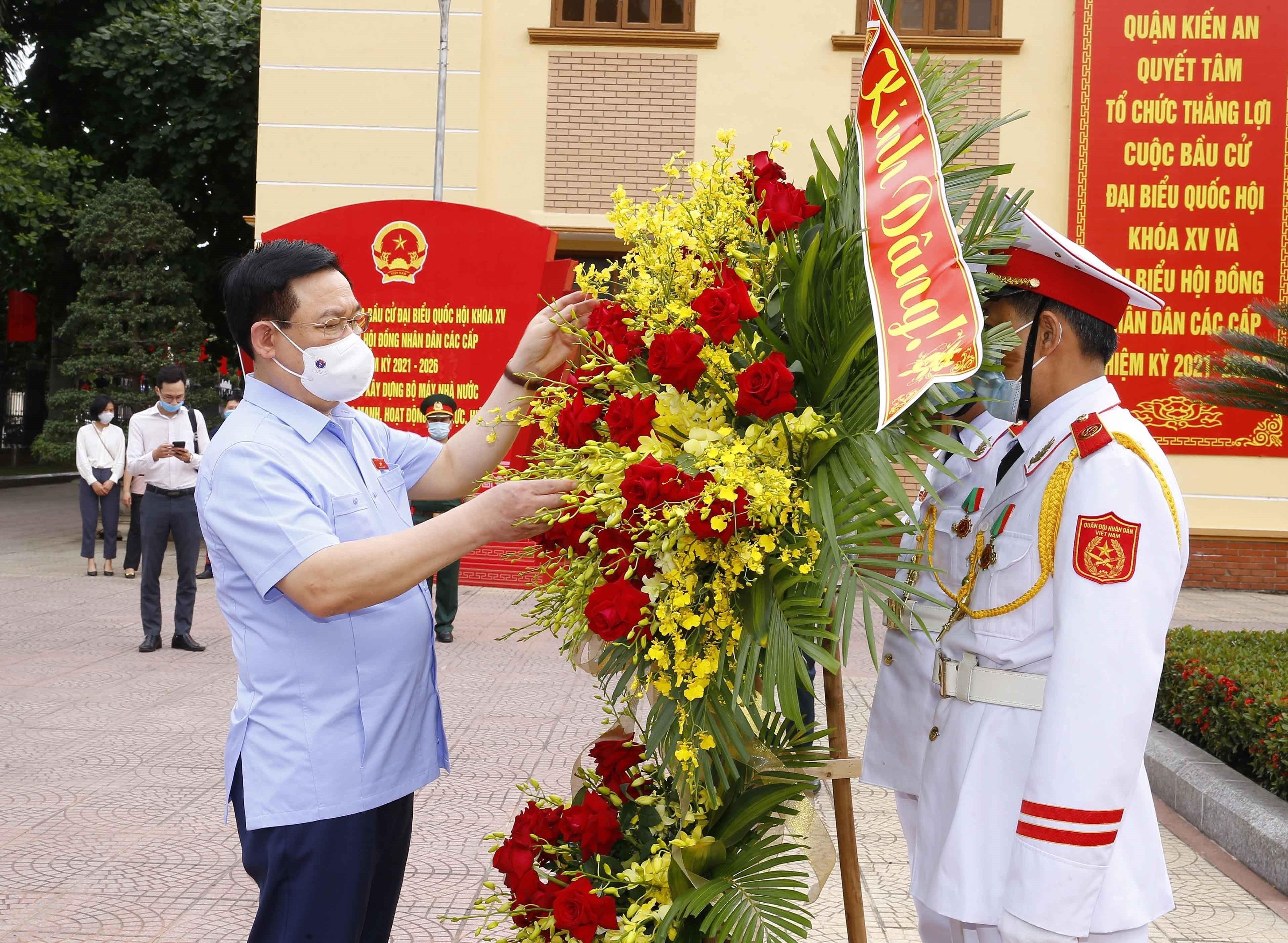 [Photo] Chu tich Quoc hoi Vuong Dinh Hue van dong bau cu tai Hai Phong hinh anh 9