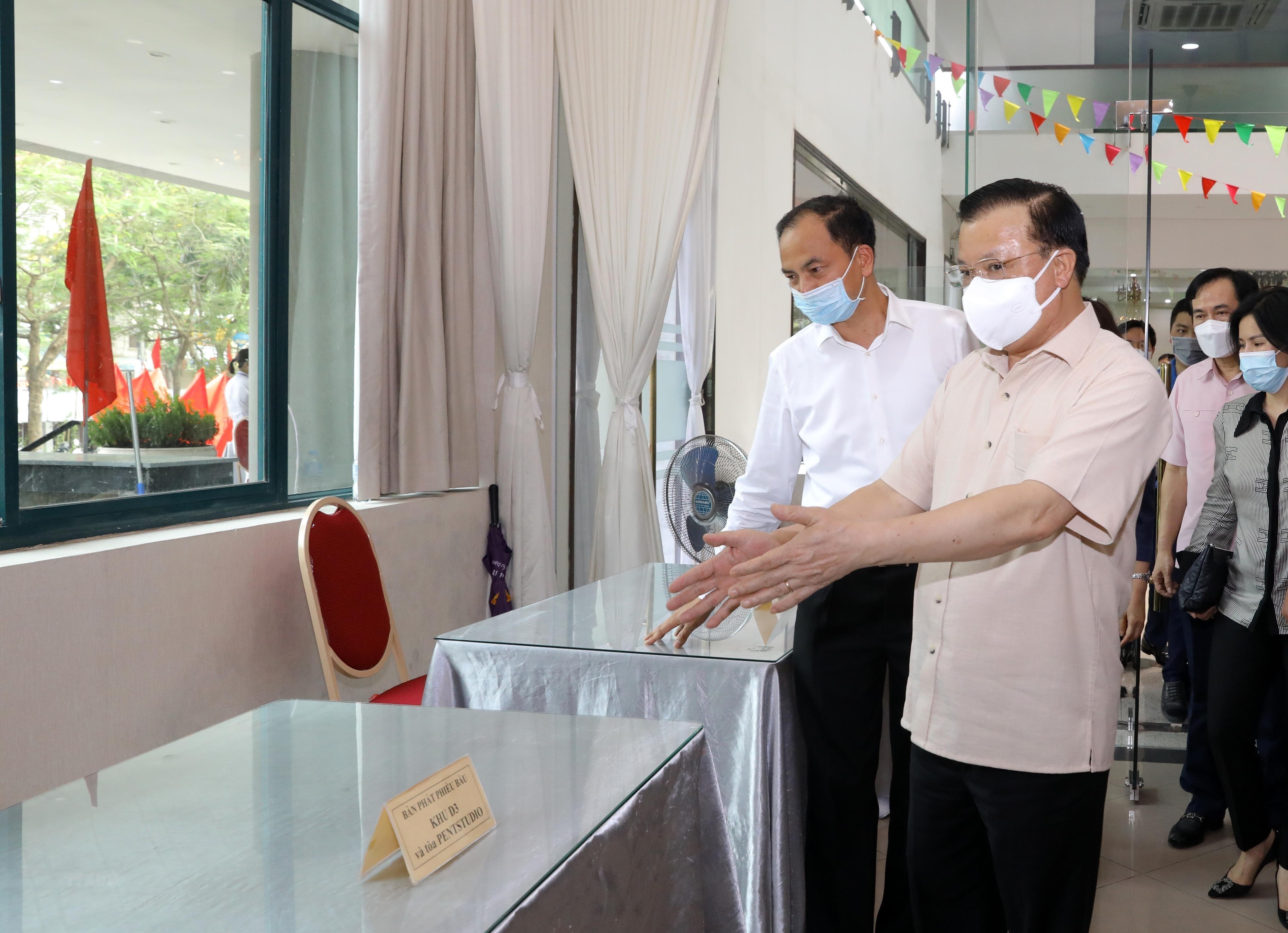 Bi thu Thanh uy Ha Noi kiem tra cong tac chuan bi bau cu va phong dich hinh anh 2