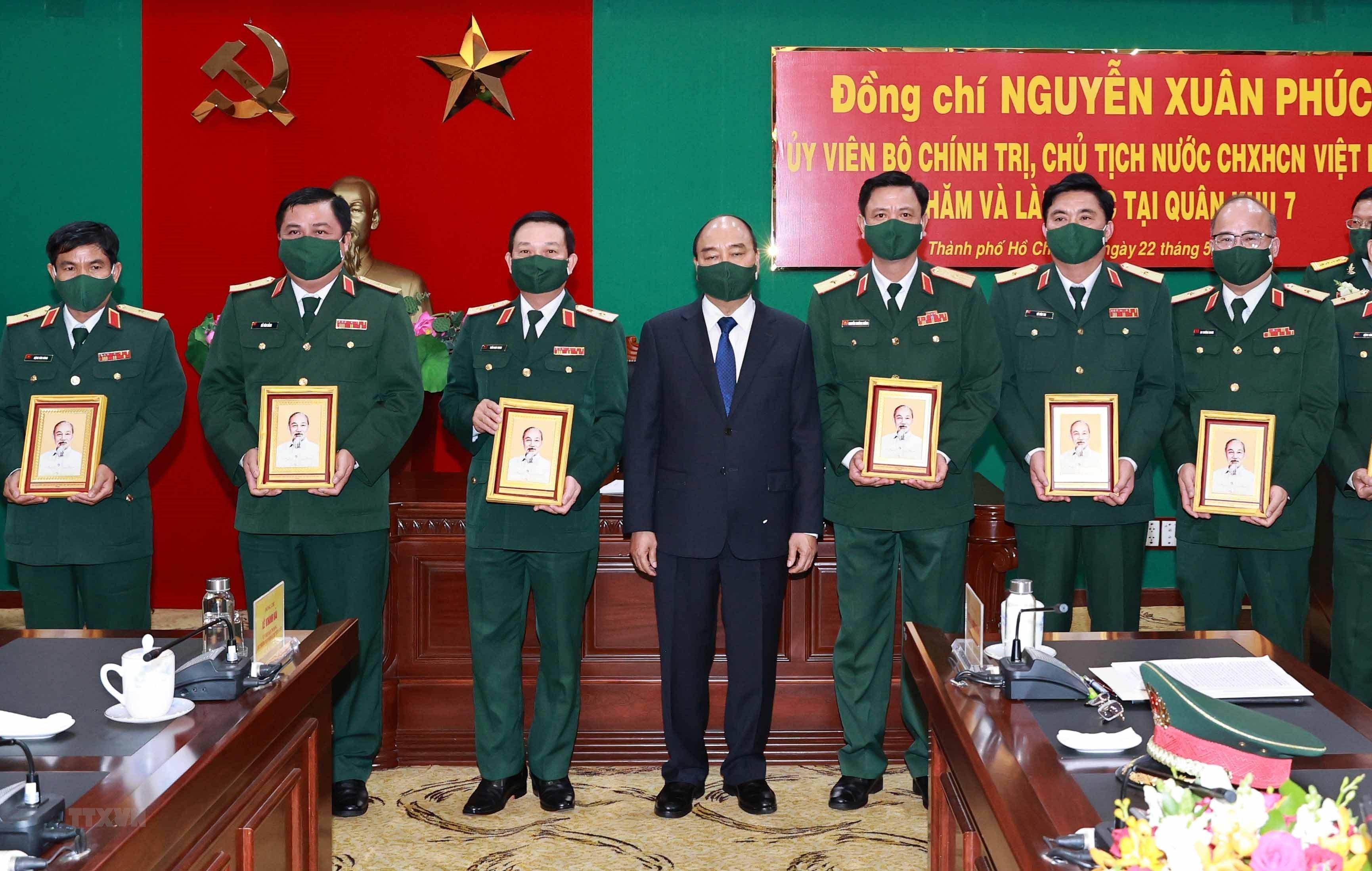 Hinh anh Chu tich nuoc Nguyen Xuan Phuc tham, lam viec tai Quan khu 7 hinh anh 2