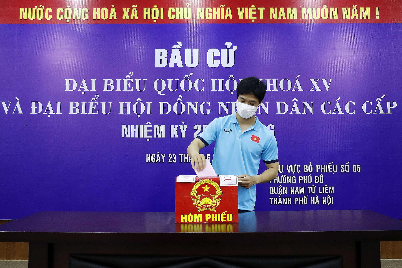Hinh anh an tuong cua DTQG va U22 Viet Nam trong ngay bau cu hinh anh 1