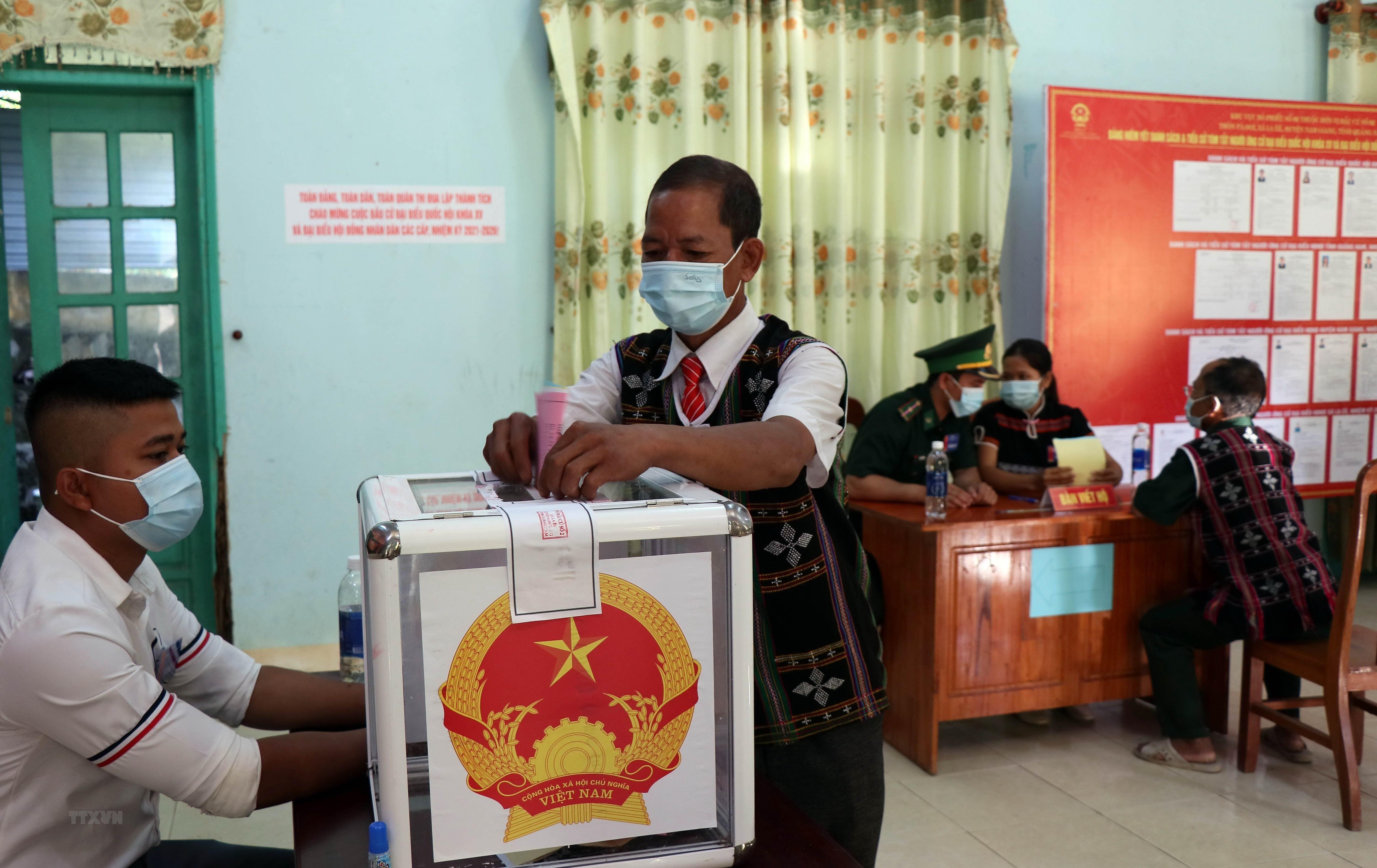 Quang Nam: Hoan thanh bau cu som o 6 xa vung bien gioi huyen Nam Giang hinh anh 1