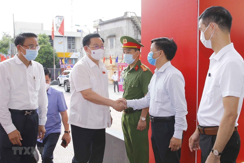 Chu tich Quoc hoi Vuong Dinh Hue tiep xuc cu tri thanh pho Hai Phong hinh anh 3