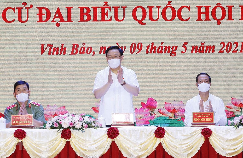 Chu tich Quoc hoi Vuong Dinh Hue tiep xuc cu tri thanh pho Hai Phong hinh anh 8