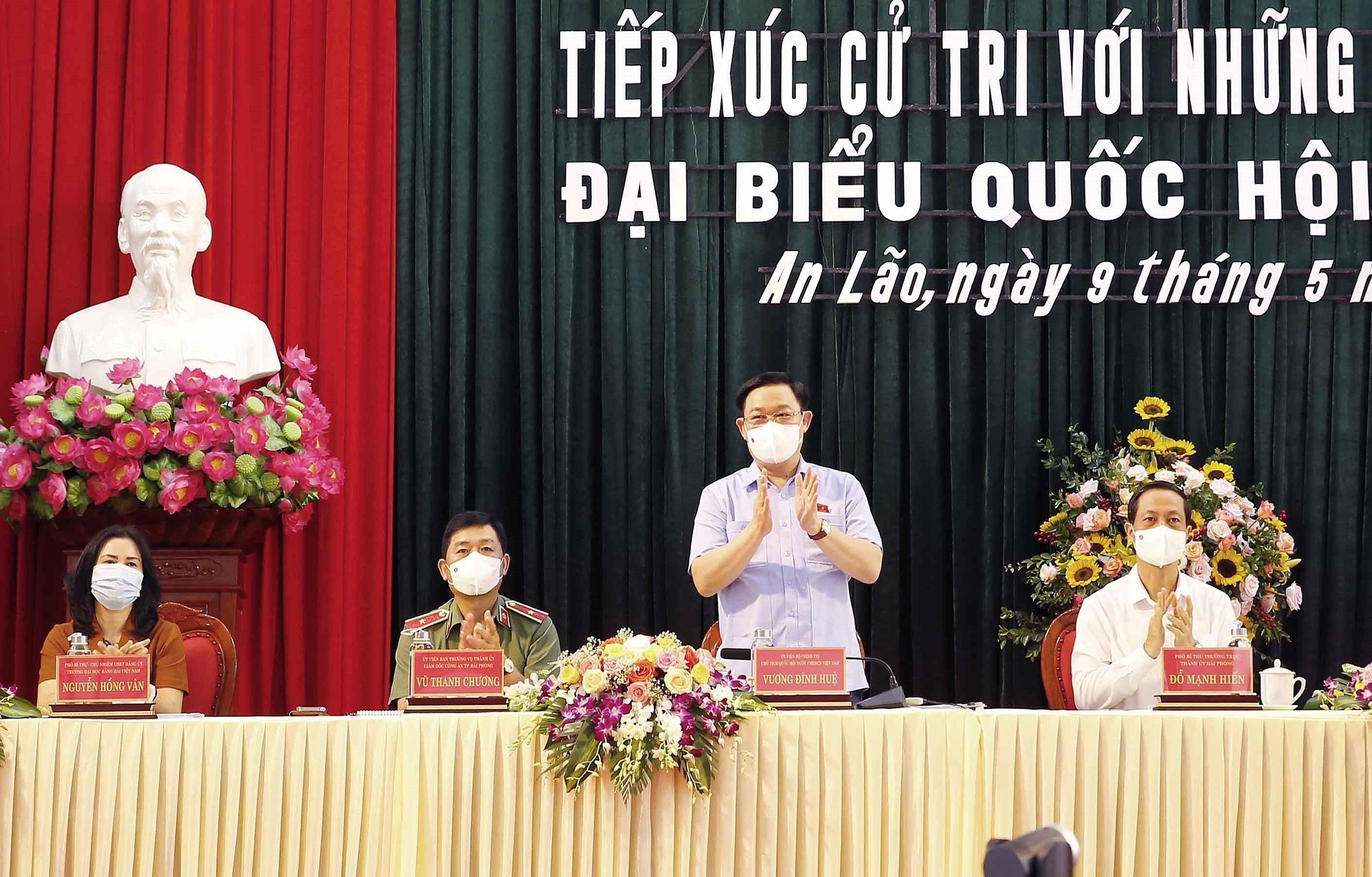 Chu tich Quoc hoi tiep xuc cu tri, van dong bau cu tai Hai Phong hinh anh 2