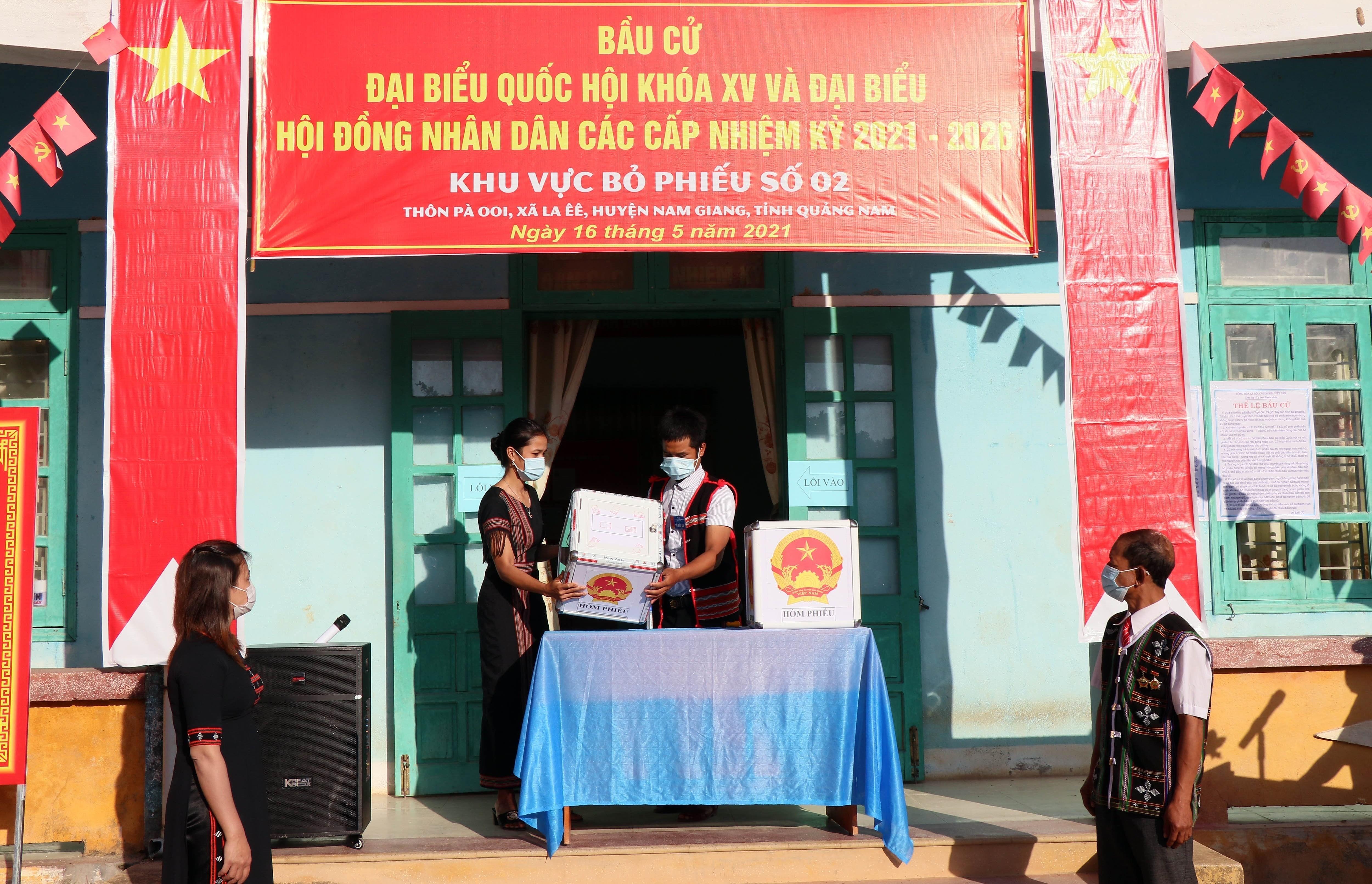 Hinh anh cu tri Quang Nam phan khoi di bo phieu trong ngay bau cu som hinh anh 1