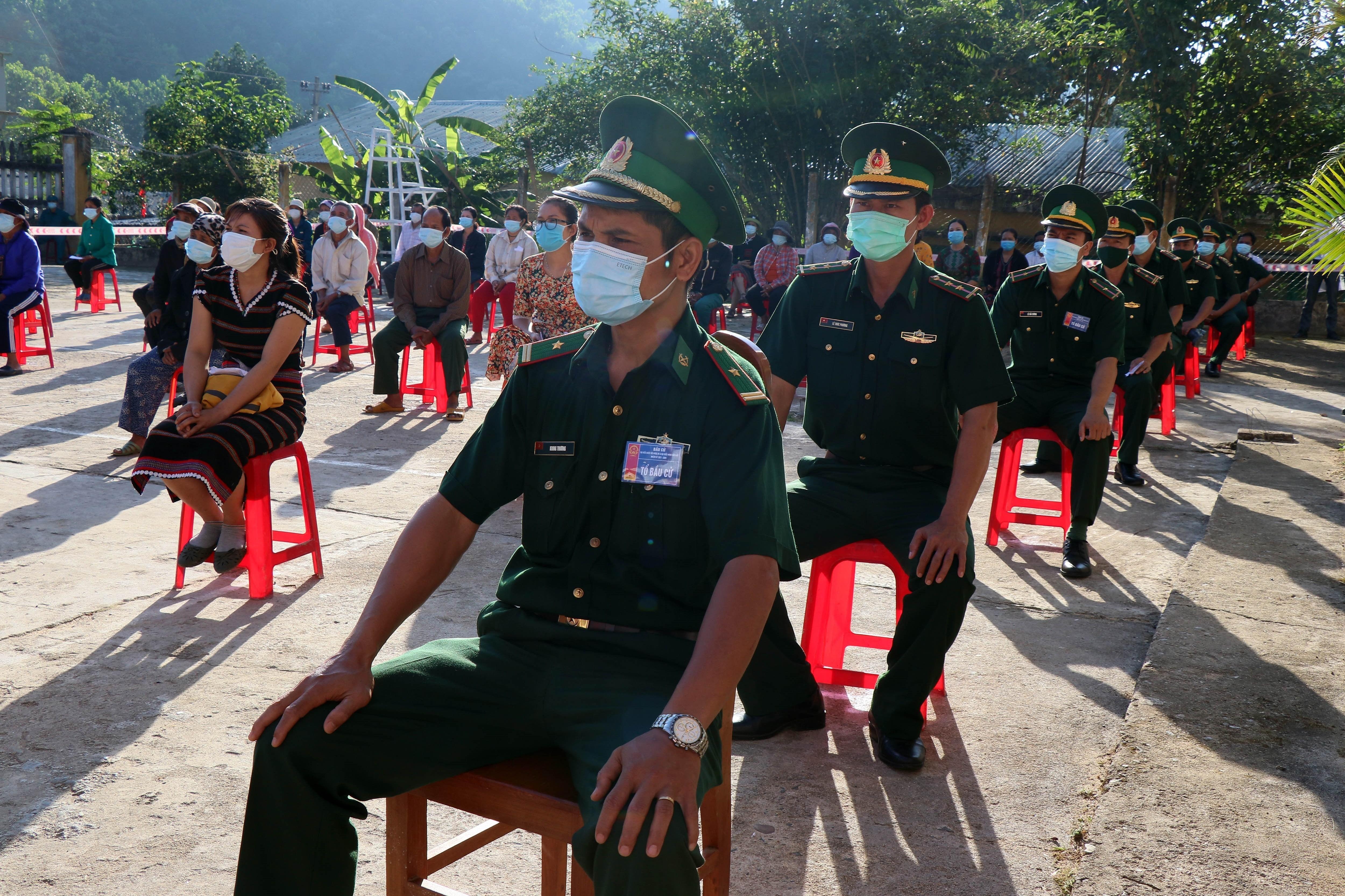 Hinh anh cu tri Quang Nam phan khoi di bo phieu trong ngay bau cu som hinh anh 2