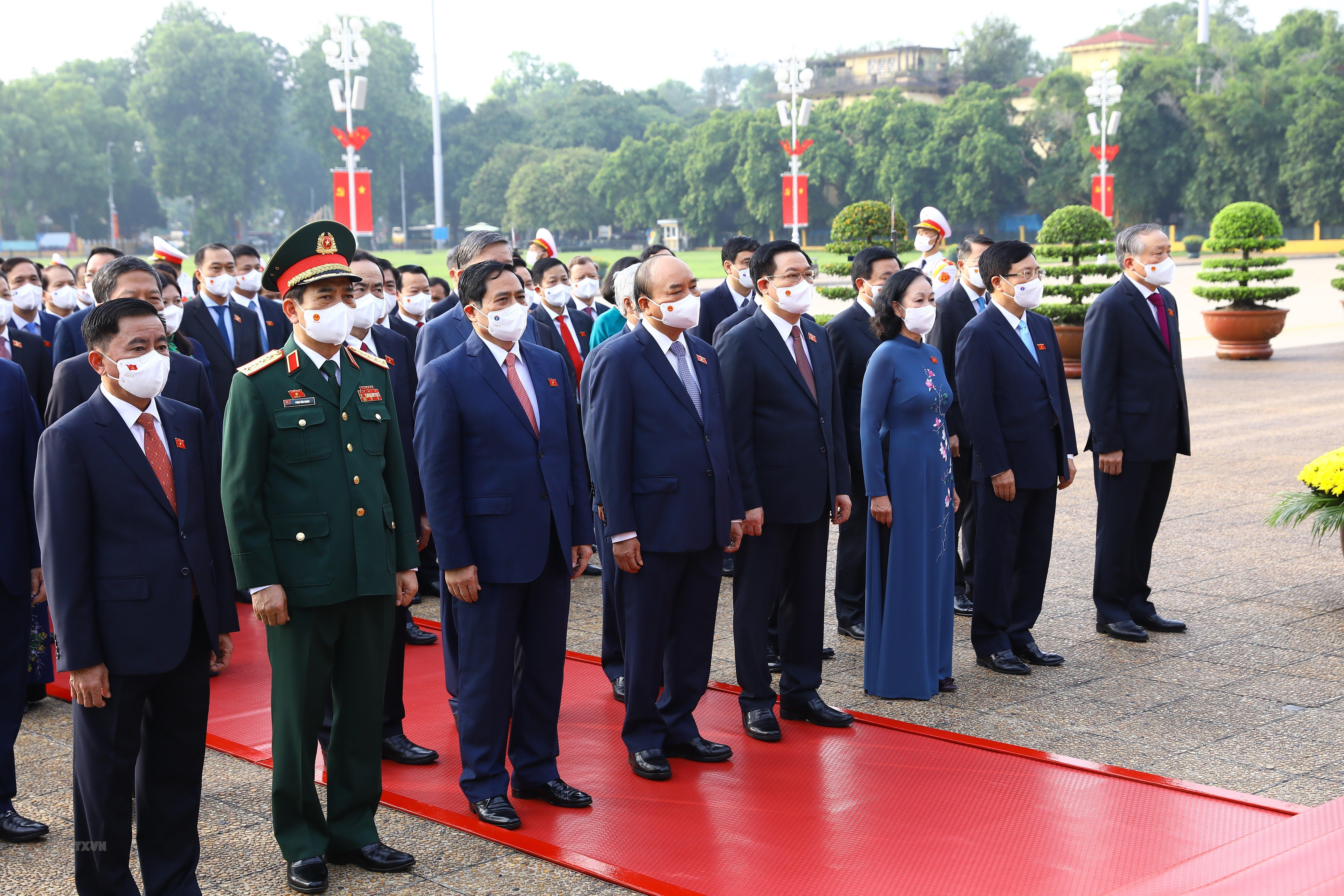 [Photo] Dai bieu Quoc hoi khoa XV vao Lang vieng Chu tich Ho Chi Minh hinh anh 3