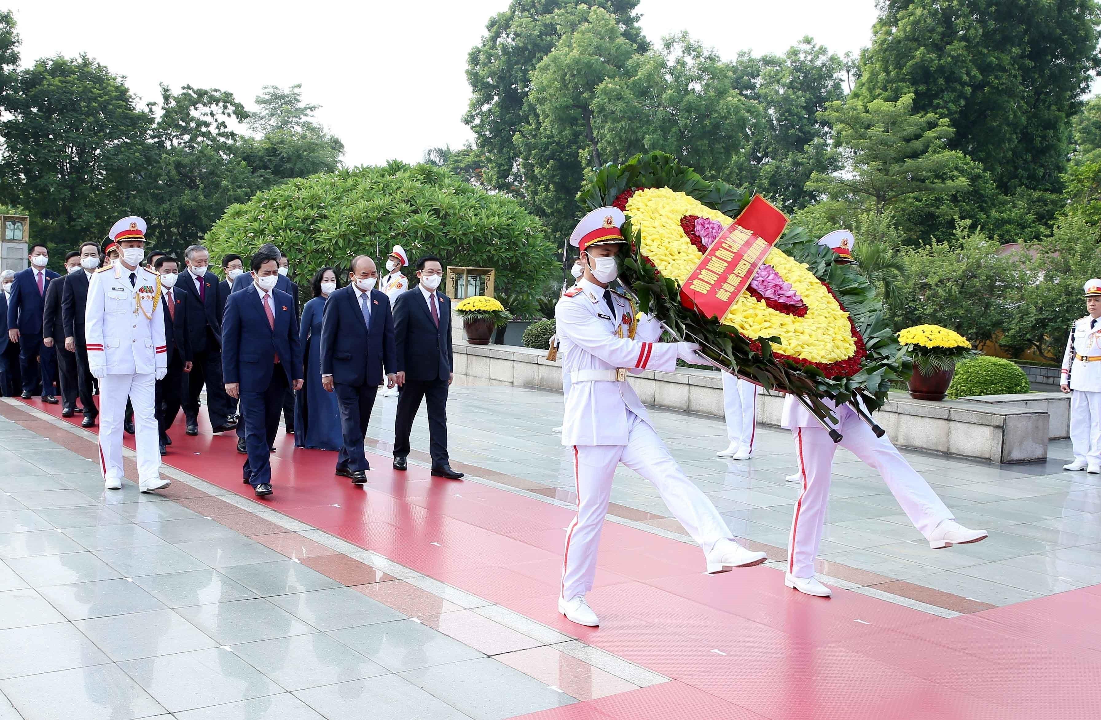 [Photo] Dai bieu Quoc hoi khoa XV vao Lang vieng Chu tich Ho Chi Minh hinh anh 5