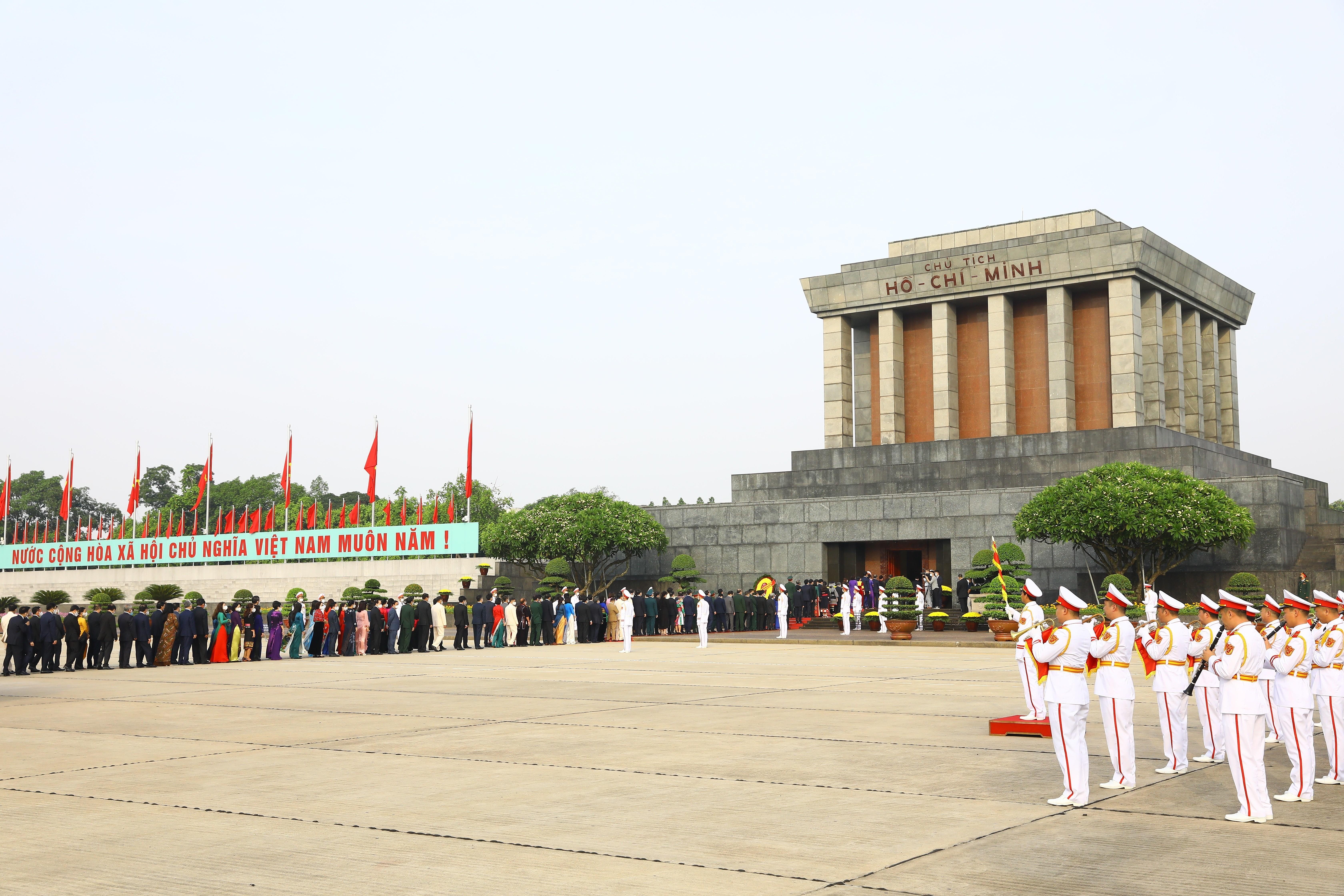 [Photo] Dai bieu Quoc hoi khoa XV vao Lang vieng Chu tich Ho Chi Minh hinh anh 8