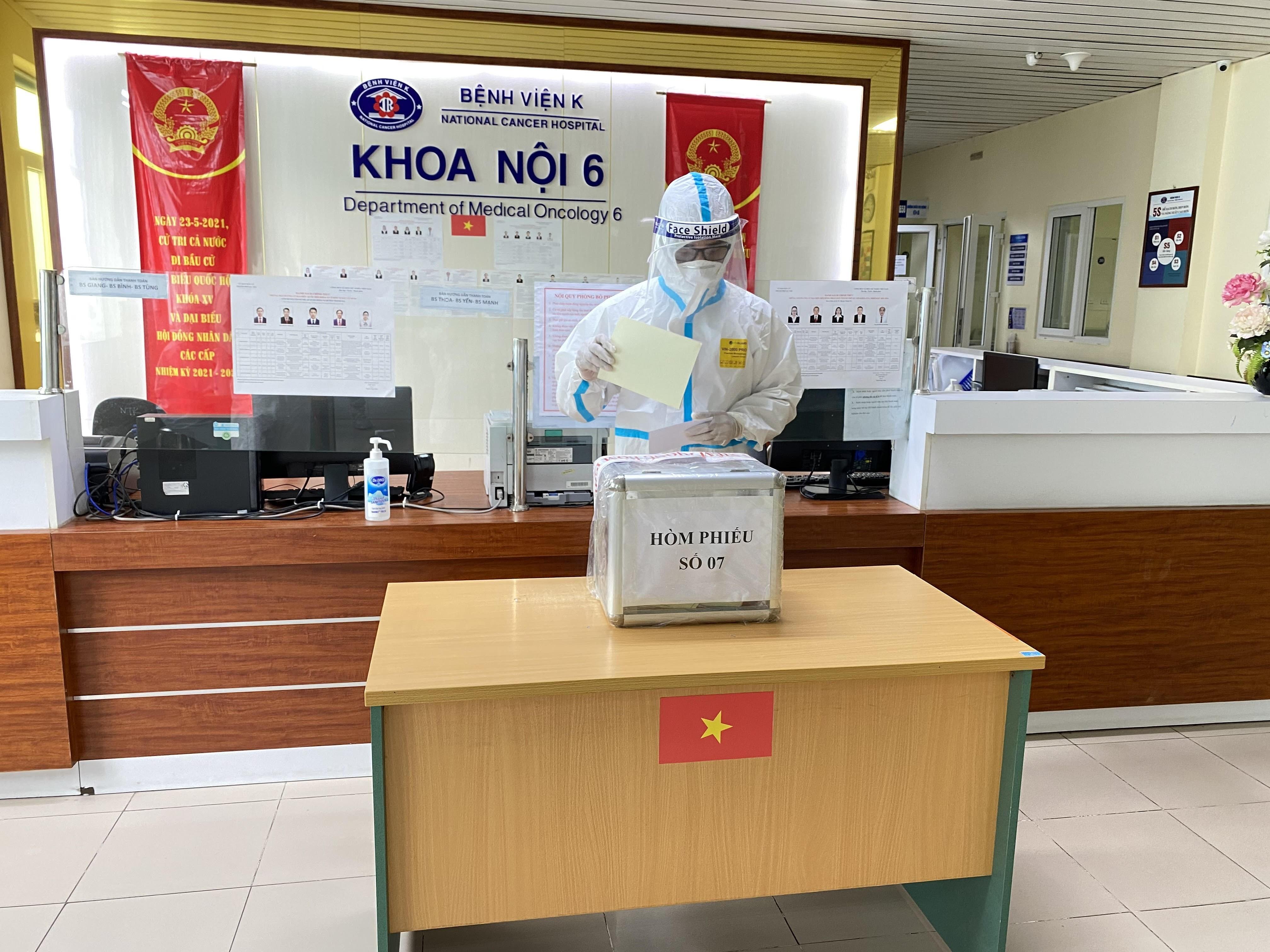 [Photo] Hinh anh Benh vien K Ha Noi to chuc bau cu trong tam dich hinh anh 8