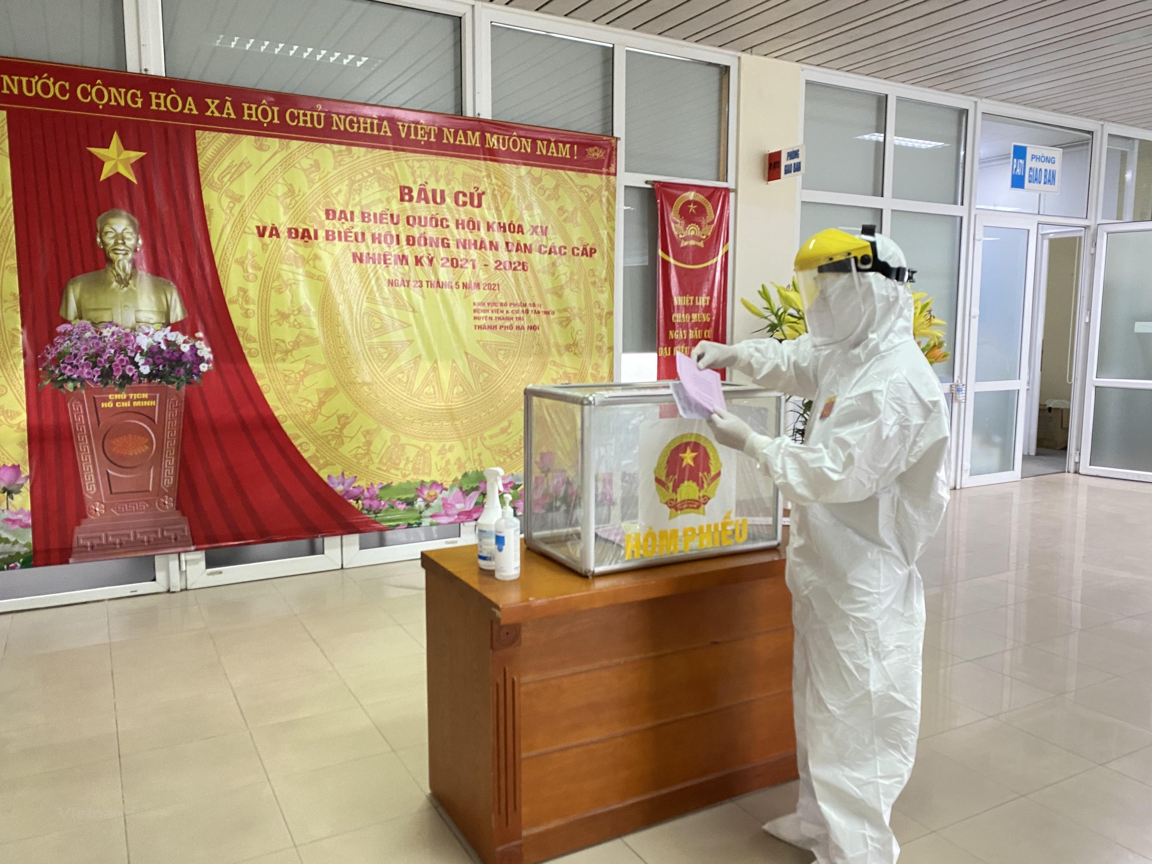 [Photo] Hinh anh Benh vien K Ha Noi to chuc bau cu trong tam dich hinh anh 5