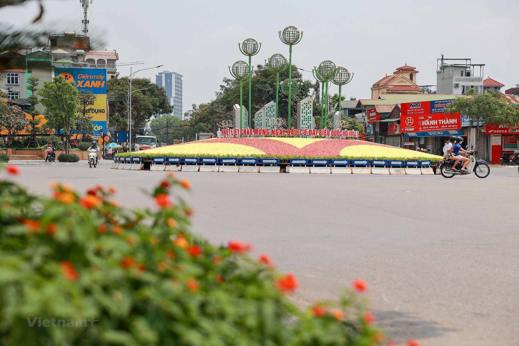 Pho phuong Ha Noi ruc ro co hoa chao don ngay hoi trong dai toan quoc hinh anh 2