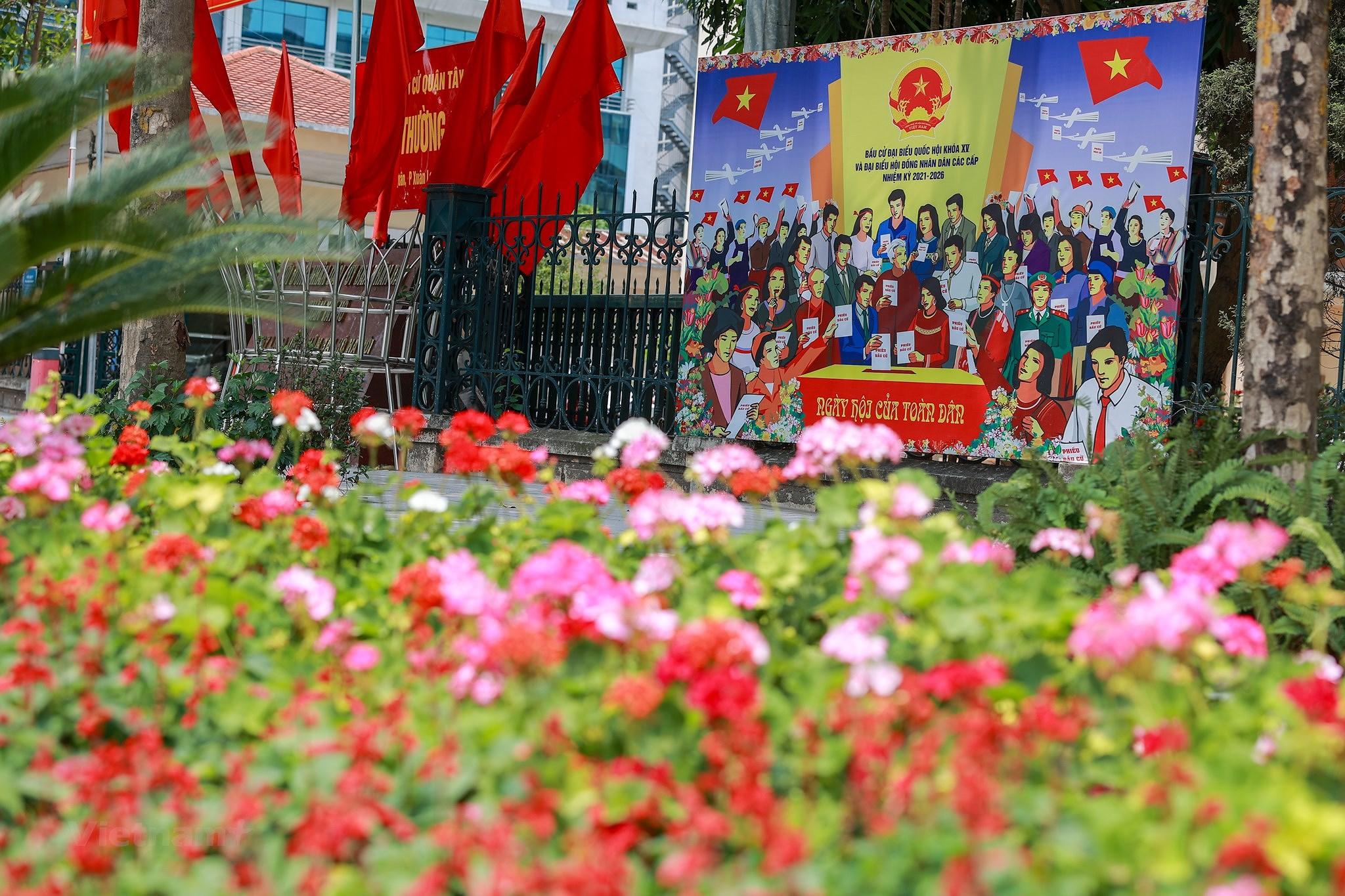 Pho phuong Ha Noi ruc ro co hoa chao don ngay hoi trong dai toan quoc hinh anh 21