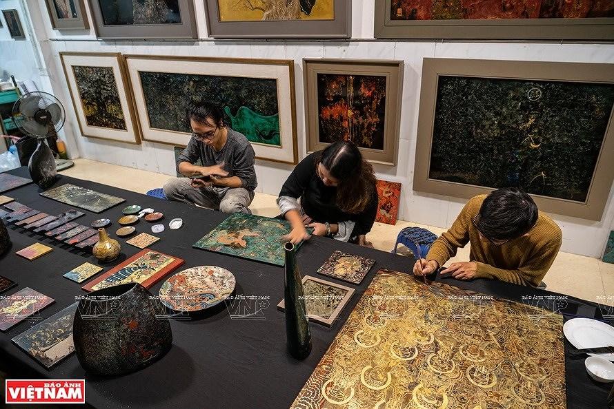 Reviving Hang Trong folk paintings from traditional materials hinh anh 1
