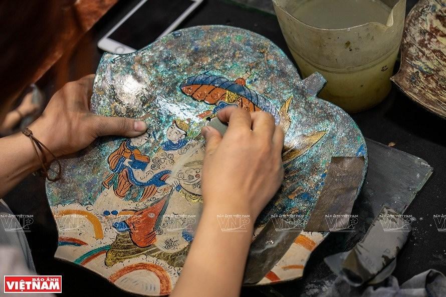 Reviving Hang Trong folk paintings from traditional materials hinh anh 2