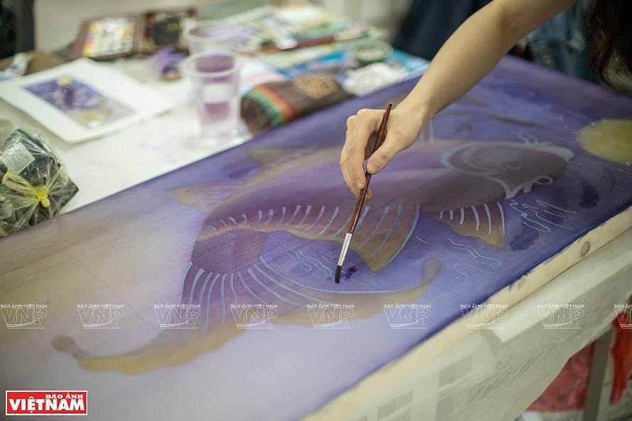 Reviving Hang Trong folk paintings from traditional materials hinh anh 4