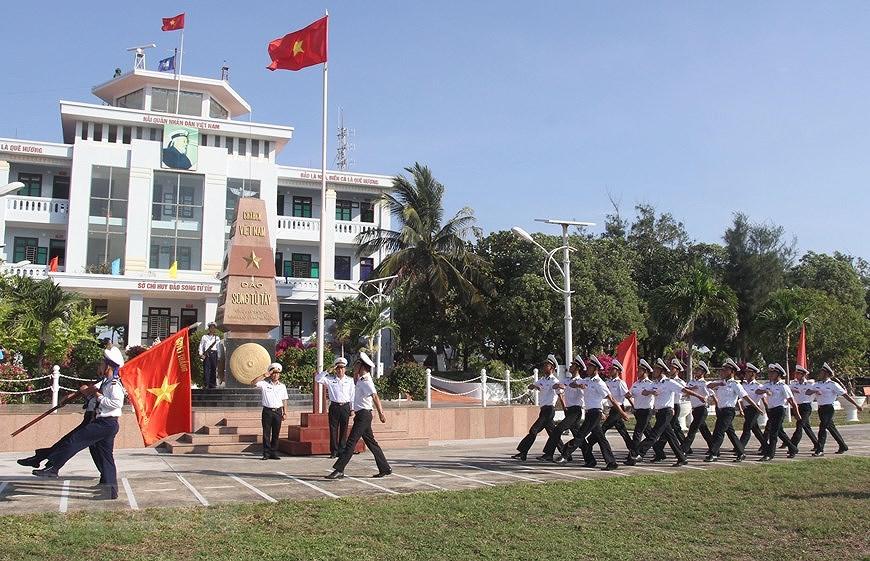 Sacred national flag on Truong Sa archipelago hinh anh 11