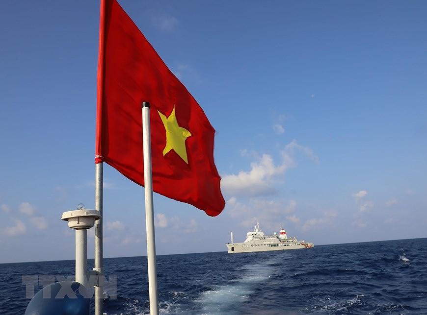 Sacred national flag on Truong Sa archipelago hinh anh 1