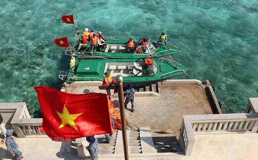 Sacred national flag on Truong Sa archipelago hinh anh 7