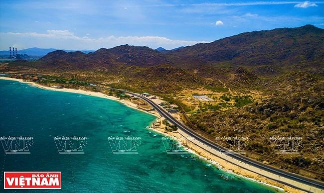 Most stunning coastal road in Vietnam hinh anh 1