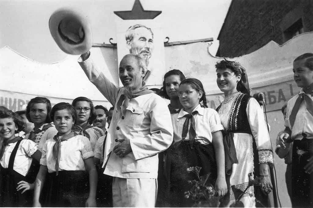 Exhibition spotlights President Ho Chi Minh's revolutionary career hinh anh 1