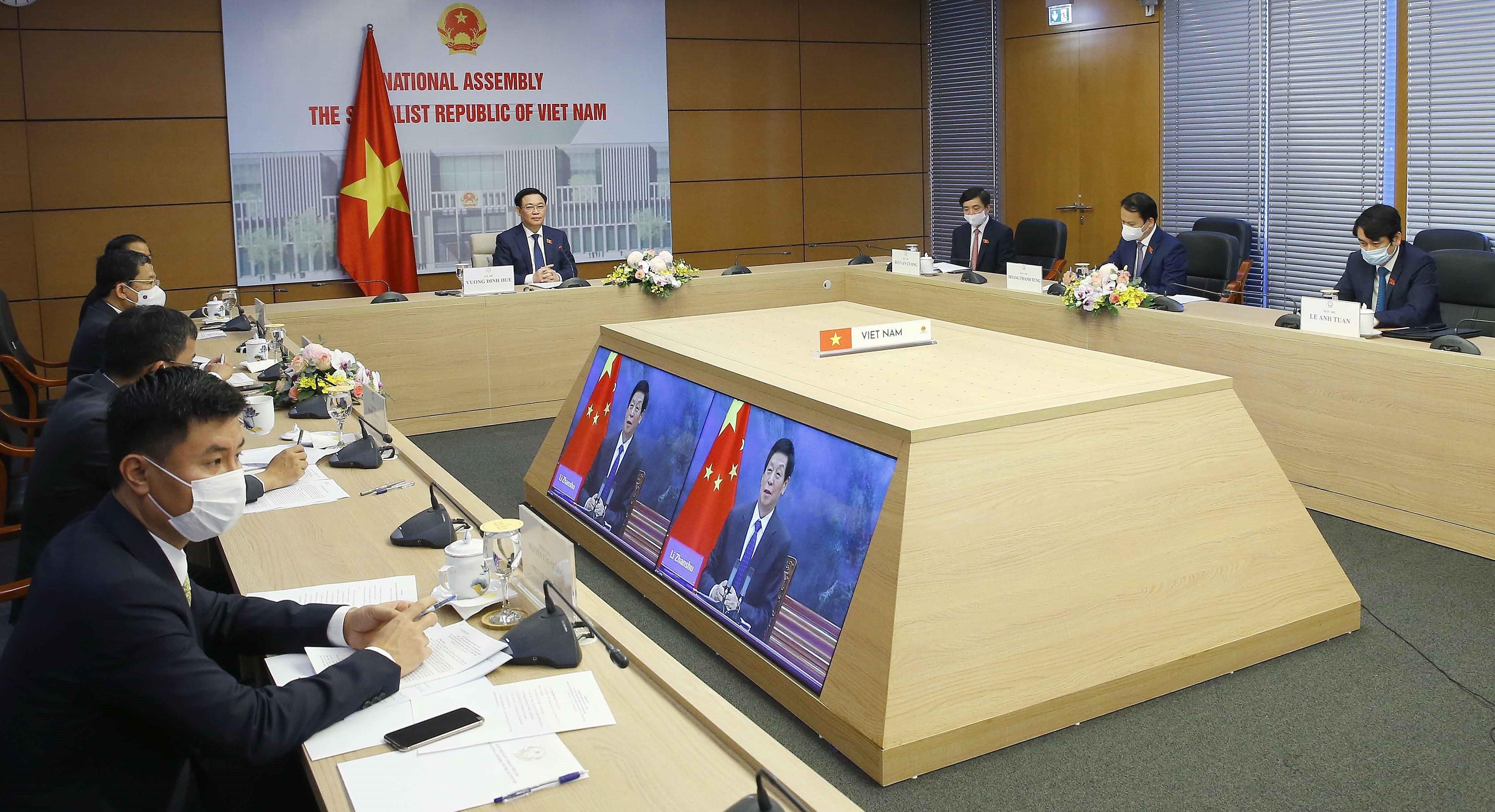 Vietnamese, Chinese top legislators hold online talks hinh anh 1