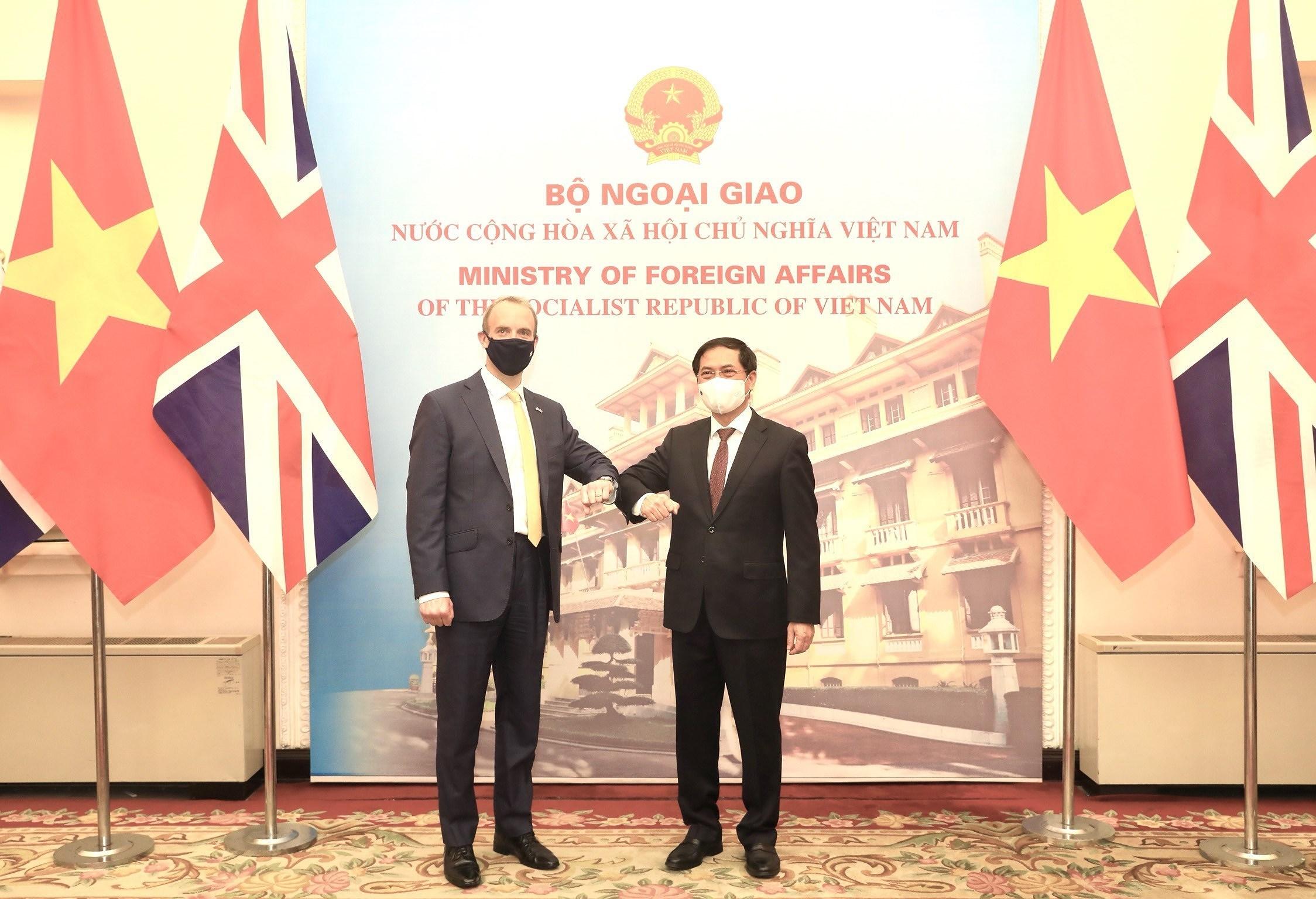 Top diplomats of Vietnam, UK hold talks in Hanoi hinh anh 1