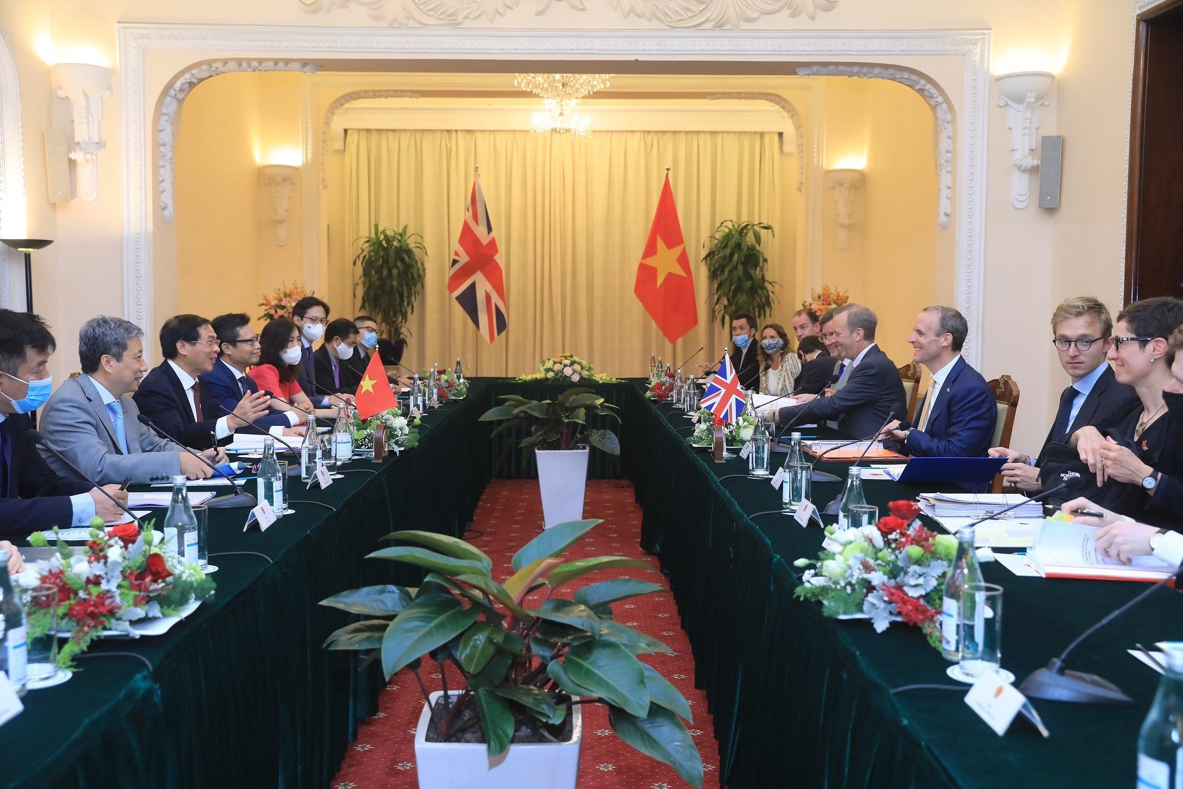 Top diplomats of Vietnam, UK hold talks in Hanoi hinh anh 2