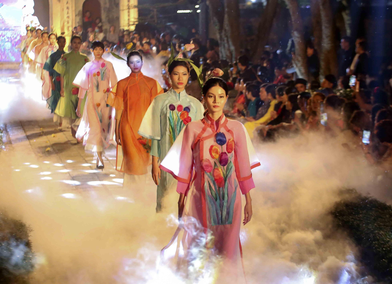Programme honours beauty of Ao dai hinh anh 2