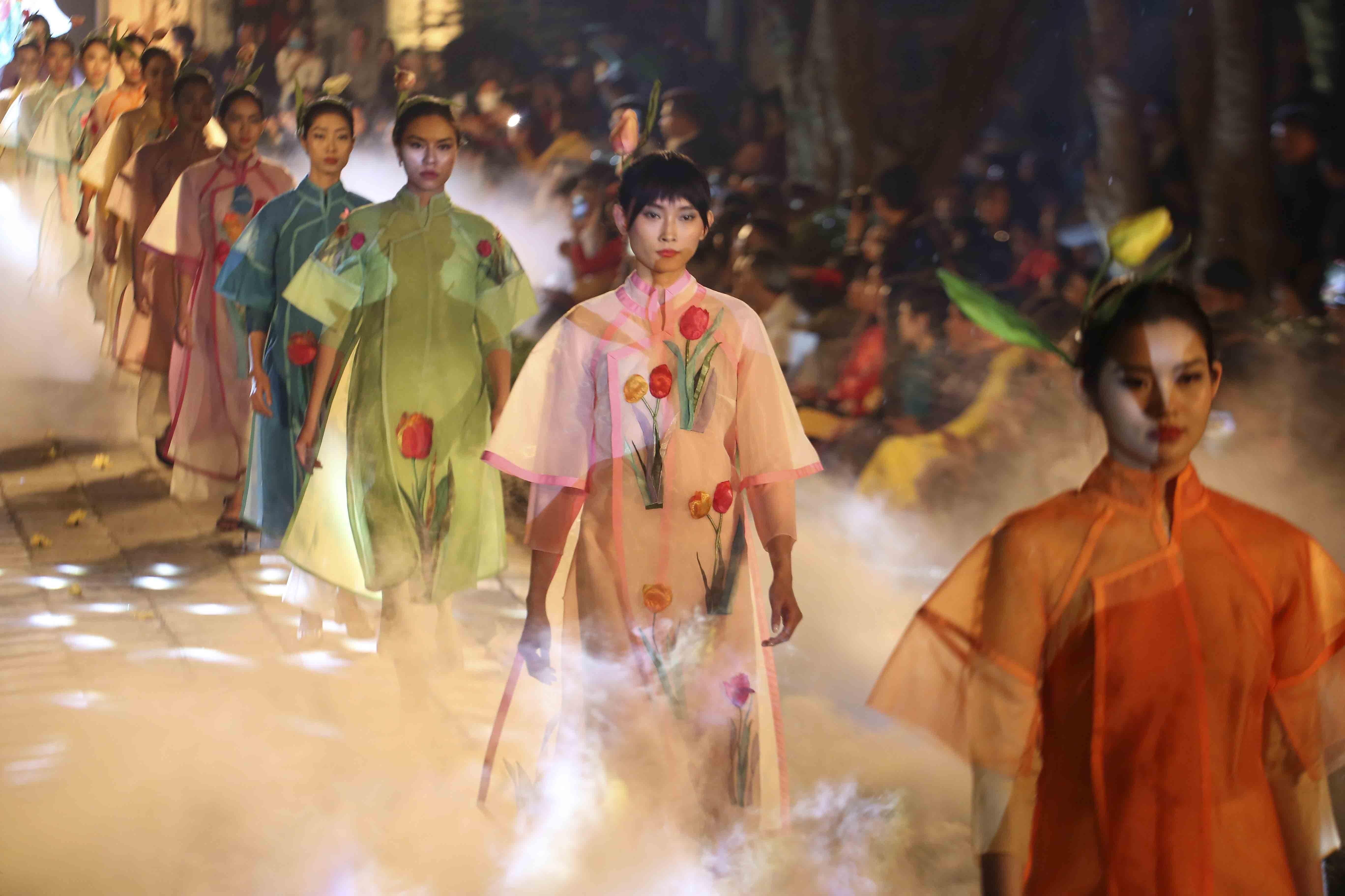 Programme honours beauty of Ao dai hinh anh 5