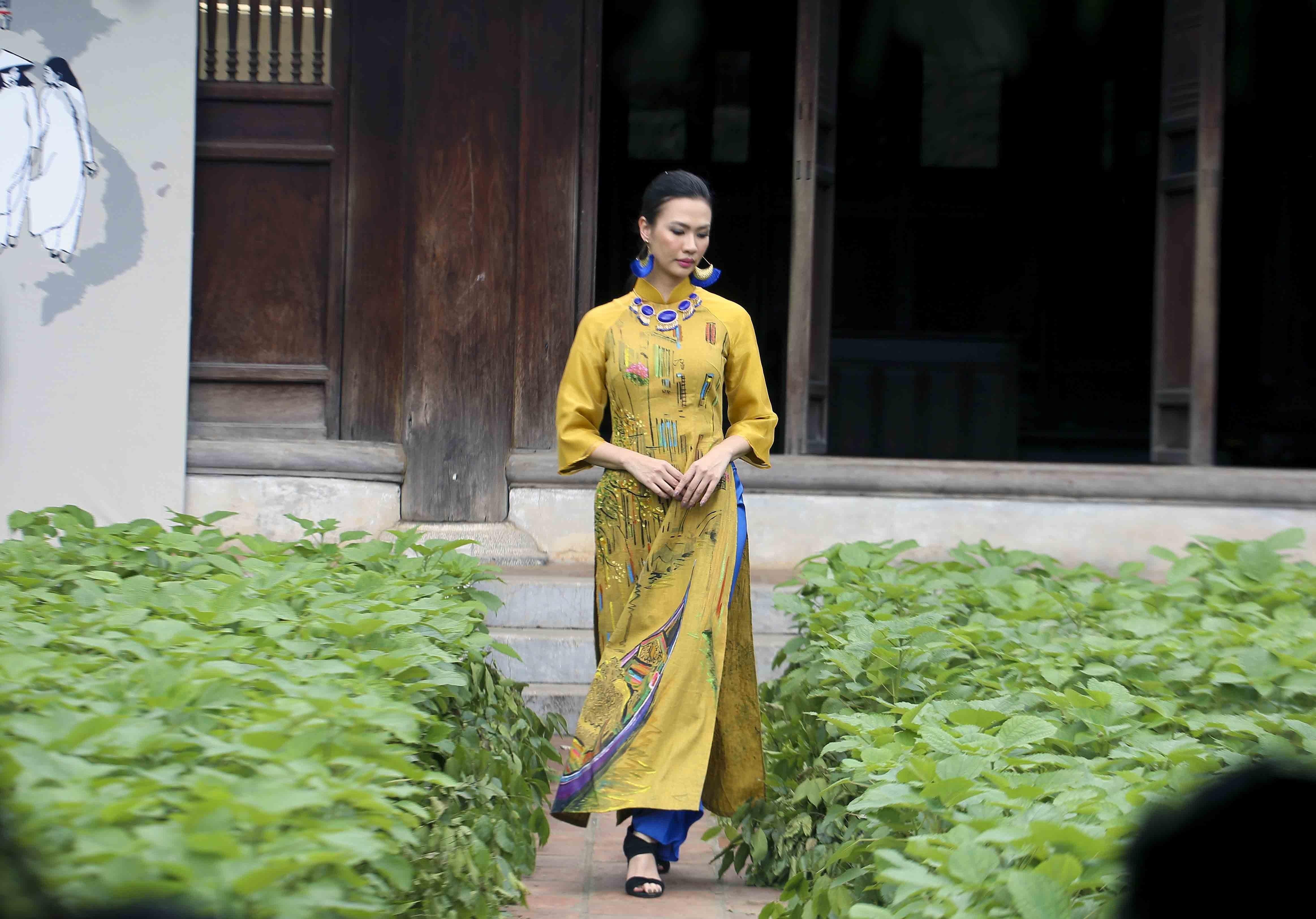 Programme honours beauty of Ao dai hinh anh 7